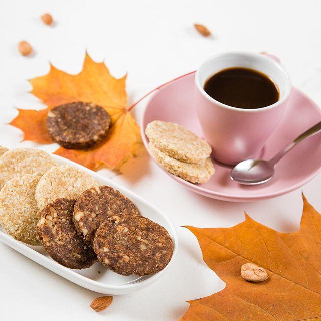 🍪 Рецепт печива без глютену та цукру . 🍪 Інгредієнти: Мигдалеве борошно - 150 г; Розпушувач - 1/4  ч. л.; Арахіс - 100 г; Мед - 120 г; Кунжут - 30 г; Сіль - дрібка. . Спосіб приготування: 🍪 Спершу готуємо арахісову пасту: - Висипати арахіс на деко; - Поставити в духовку, нагріту до 200 градусів, на 6 хв; - Вийняти та перекласти на негарячу поверхню; - Почистити арахіс та покласти його в чашу блендера; - Додати дрібку солі та мед; - Ретельно збити до однорідної маси. . 🍪 Висипати мигдалеве борошно в чашу комбайна, додати розпушувач і всю арахісову пасту. . 🍪 Замісити тісто (має бути густим і липким). Можна додати 1-2 ст. л. води. . 🍪 Сформувати з тіста кульки однакового розміру та помістити їх у кунжут, а далі притискати, щоб отримати форму, притаманну печиву. . 🍪 Випікати 10-15 хвилин за температури 180 градусів. . 📌 Зберігайте та надсилайте тим, хто любить готувати корисні смаколики власноруч. . #ппрецепт #кориснірецепти #безцукру #безглютену #здоровехарчування
